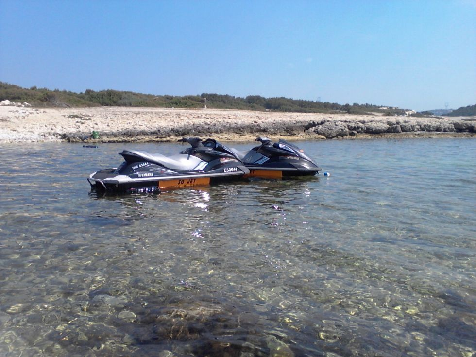 0 faire du ski nautique avec un scooter des mers en m dit rran e location de jet ski. Black Bedroom Furniture Sets. Home Design Ideas